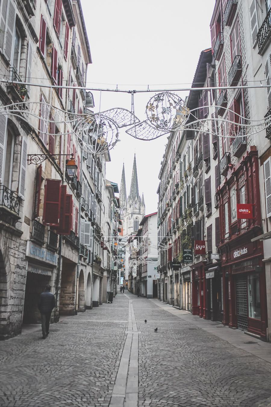 Bayonne et sa grande rue qui mène à la cathédrale