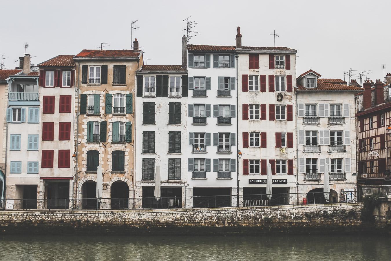 le pays basque et ses maisons typiques rouges et vertes