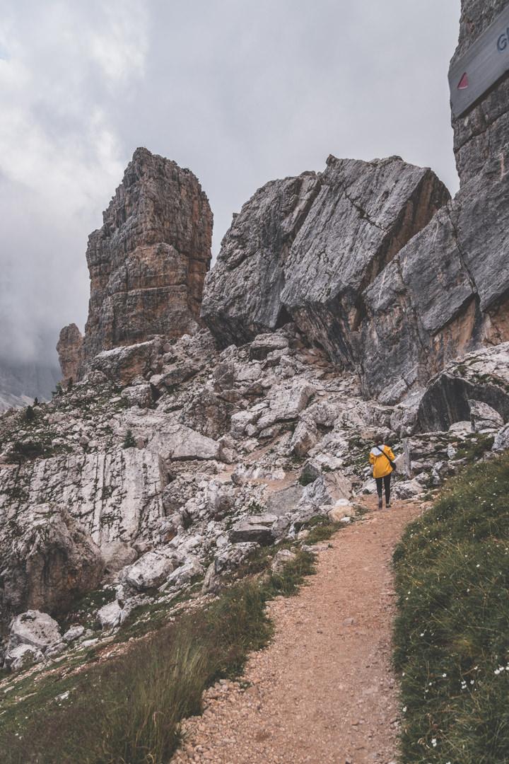 La randonnée des Cinque Torri, un incontournable des Dolomites, Italie.