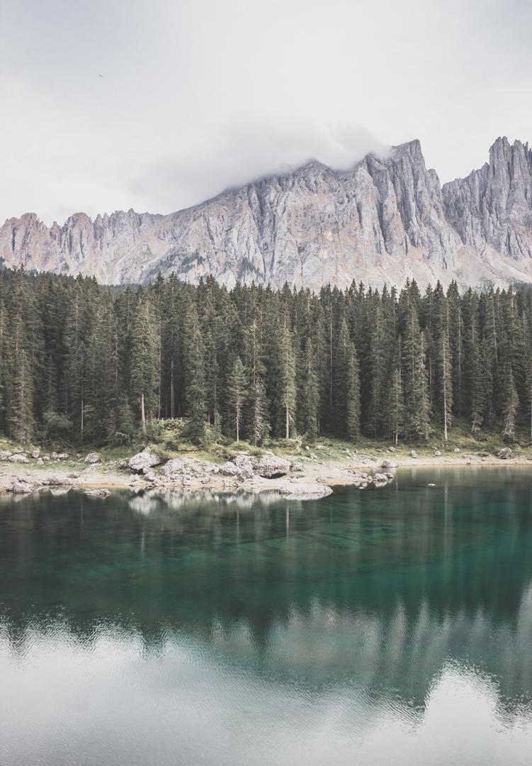 Le lago di Carezza (Karersee), un incontournable des Dolomites, en Italie.