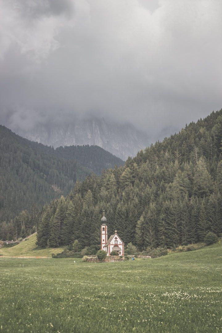 L'église Santa Maddalena, dans le Val di Funes, dans les Dolomites, en Italie