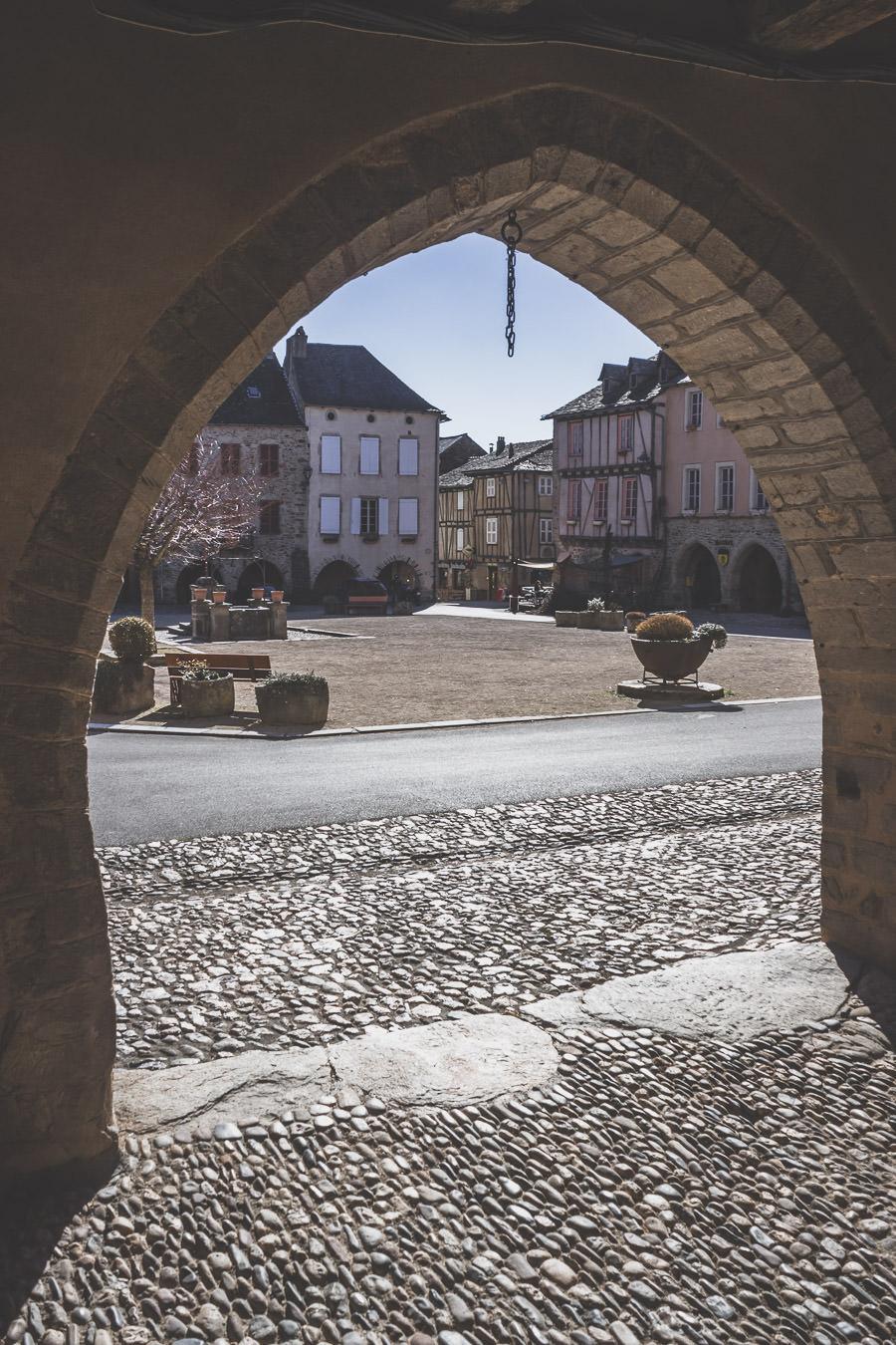 Sauveterre-de-Rouergue et sa jolie bastide, au coeur du rouergue aveyronnais, Occitanie.