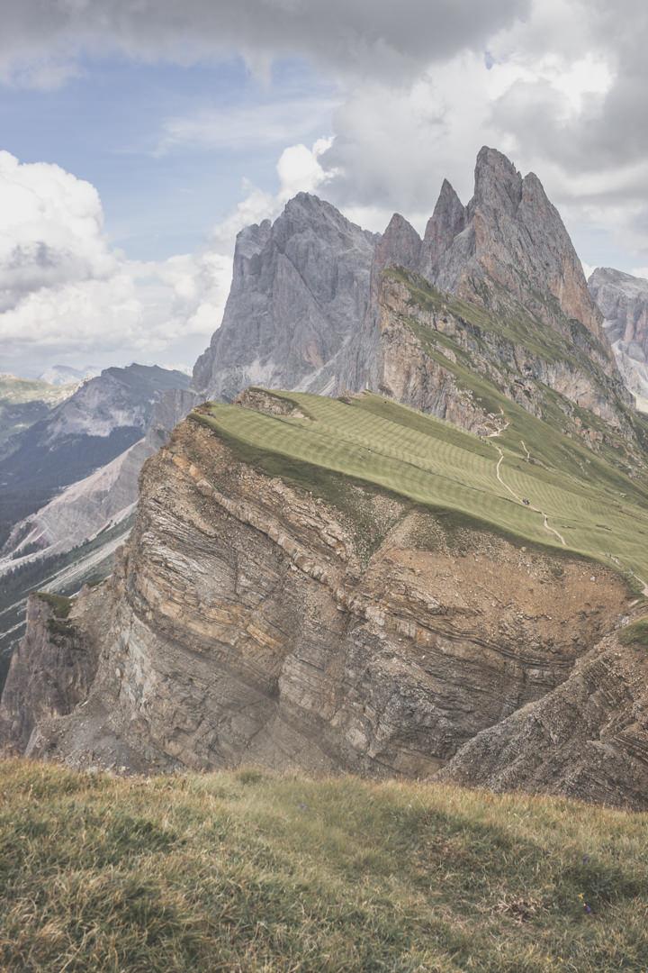 Seceda, les pics des montagnes depuis Ortisei, au coeur des Dolomites, en Italie.